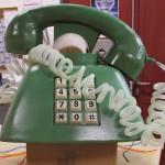 grünes Telefon mit Telefonschnur
